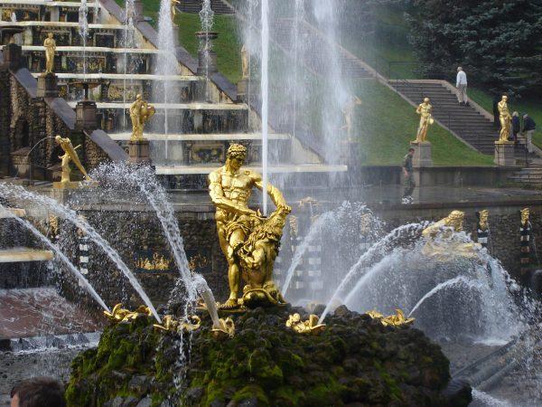 Đài phun nước trong cung điện mùa hè ở Nga