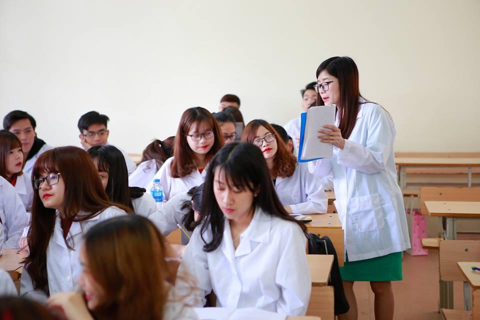 Nhiều bạn trẻ theo học Cao đẳng Dược hiện nay