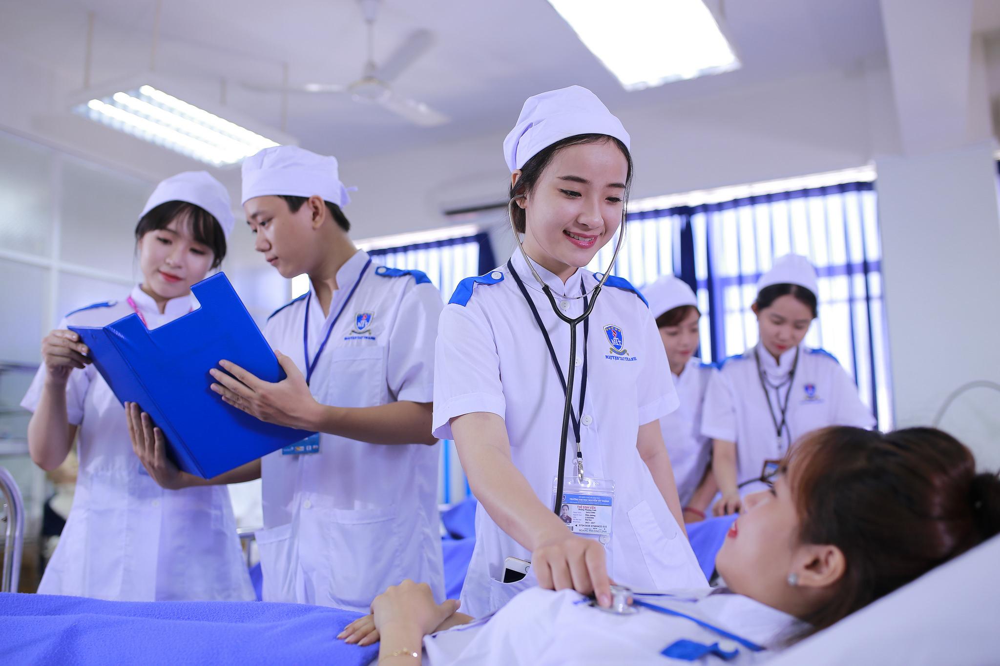 Cử nhân Điều dưỡng lương bao nhiêu? Học Điều dưỡng ra làm gì?